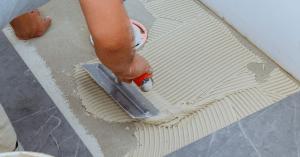 arbeider vloer- en tegelwerken